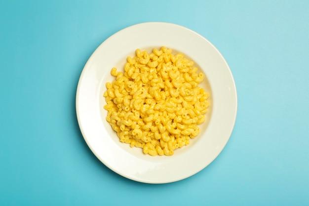 Sfondo di pasta. pasta al formaggio e mac su sfondo blu.