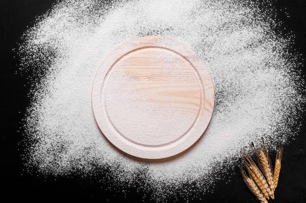 Ingredienti per la cottura del pane o della pasta sul tavolo da cucina nero. vista dall'alto con spazio per il testo