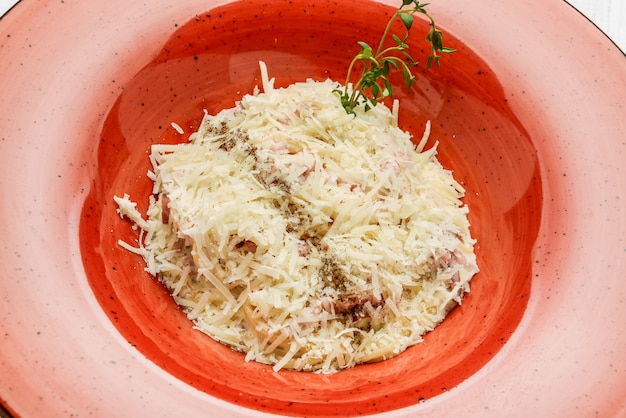 Pasta alla carbonara. spaghetti con pancetta e parmigiano.