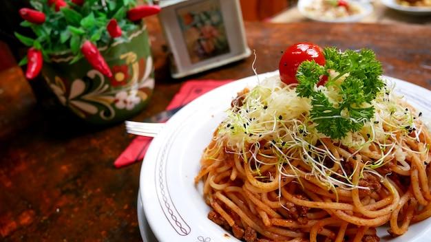 Piatto di pasta su un tavolo del ristorante