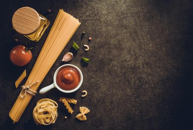 Pasta e ingrediente alimentare su sfondo scuro