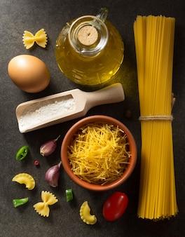 Pasta e ingrediente alimentare su oscurità