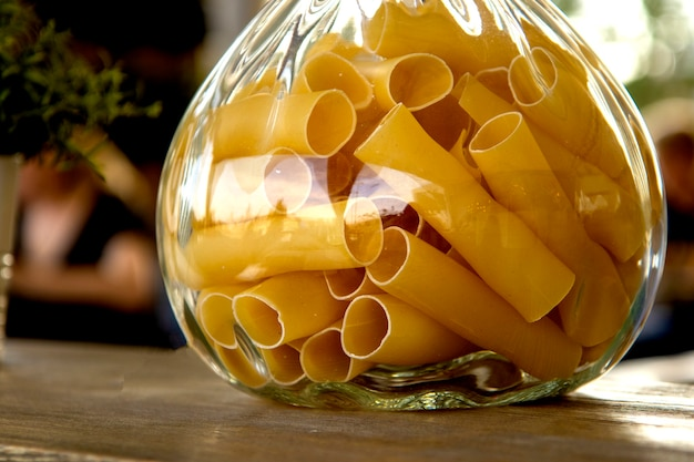 Pasta in un barattolo di vetro si chiuda