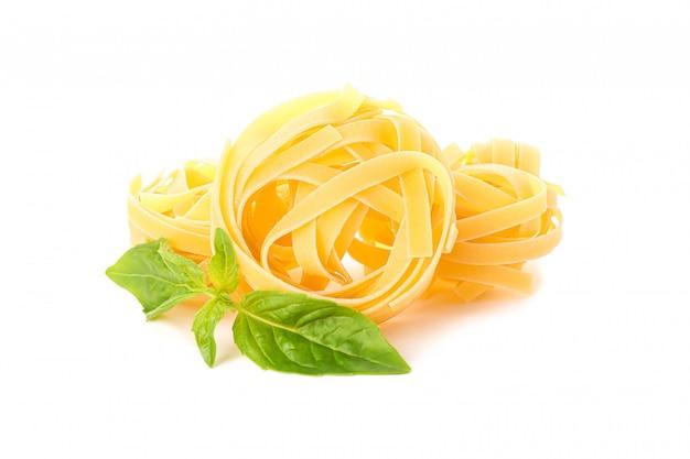 Pasta isolata su bianco. pasta integrale cruda secca