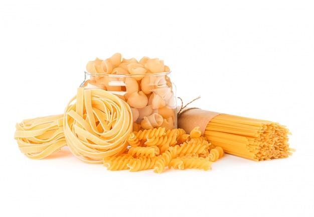 Pasta isolata su bianco. pasta integrale non cotta