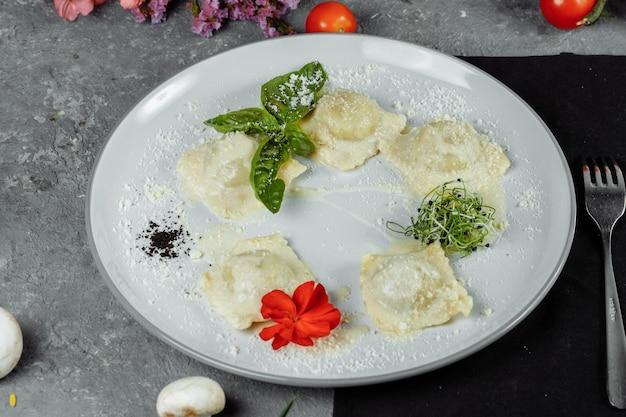 Ravioli di pasta con carne, pomodoro e basilico.