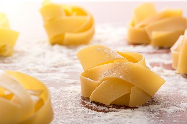 Rotoli di pasta con farina