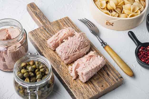 Insalata di pasta con ingredienti di tonno su bianco
