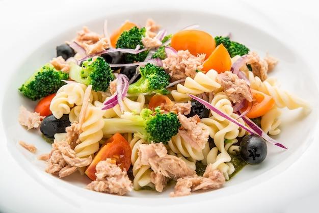 Insalata di pasta con tonno, olive e pomodorini sul piatto