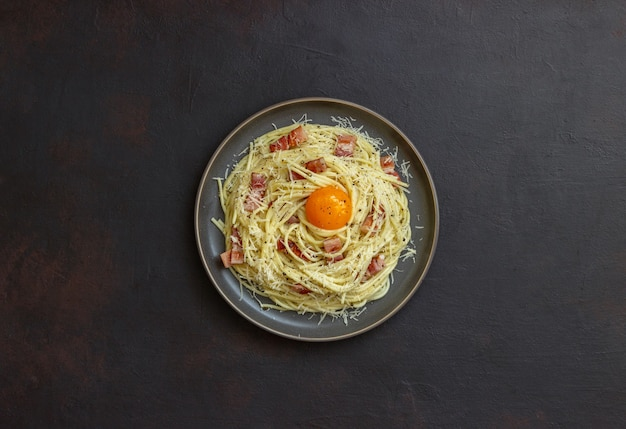 Pasta spaghetti alla carbonara con uovo.