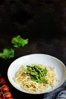 Pasta spaghetti fagioli verdi salsa di asparagi tagliatelle