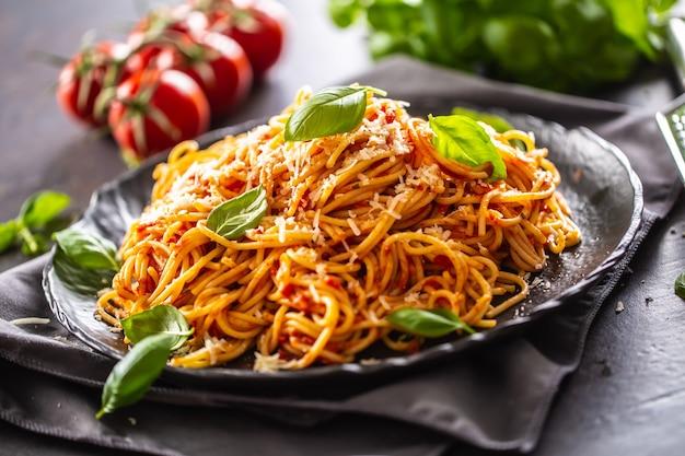 Pasta spaghetti pomodoro e ragù alla bolognese con olio d'oliva parmigiano e basilico.