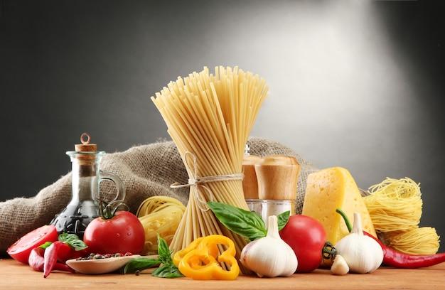 Spaghetti, verdure e spezie della pasta, sulla tavola di legno