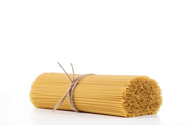 Spaghetti della pasta su un bianco, fasciati con la montatura