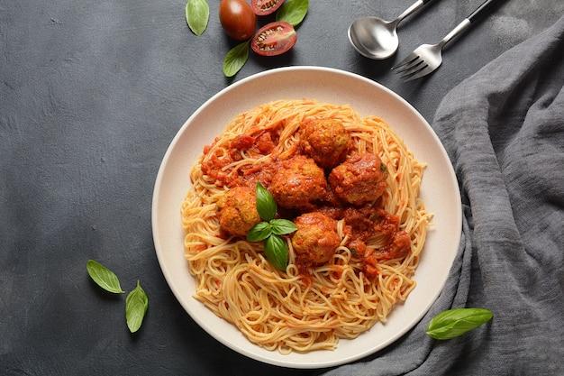 Pasta spaghetti con polpette di carne e salsa di pomodoro