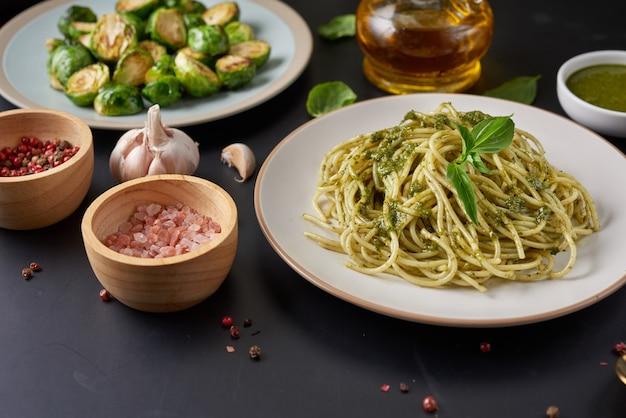 Spaghetti di pasta con crema di basilico e zucchine e formaggio.