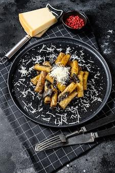 Tortiglioni di pasta con tartufo nero, funghi bianchi, salsa di panna e parmigiano