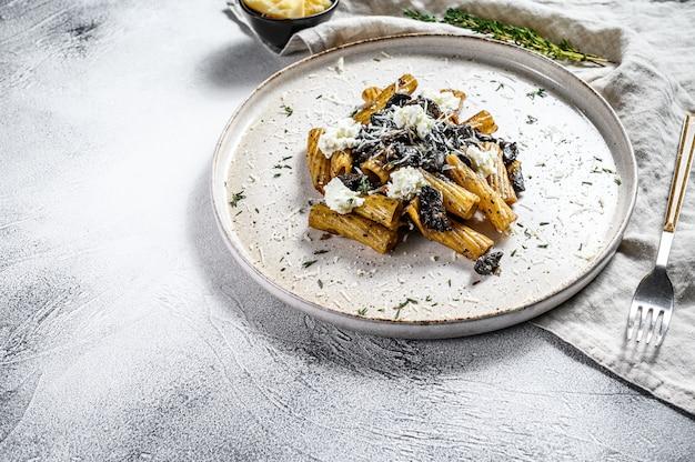 Tortiglioni di pasta al tartufo nero, funghi bianchi, salsa di panna e ricotta. vista dall'alto