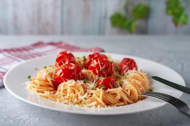 Pasta con pomodorini al forno parmigiano e microgreens