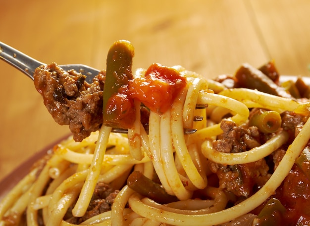 Pasta con carne di manzo, salsa di pomodoro vegetale sul tavolo di legno