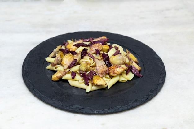 Pasta con olive nere e cuori di carciofi