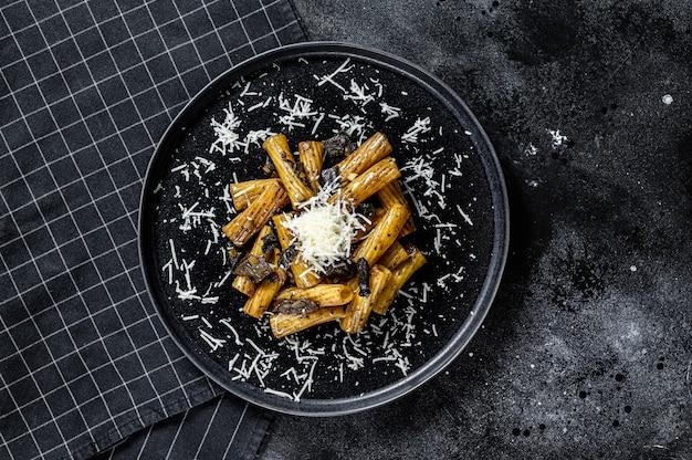 Pasta con tartufo nero, funghi bianchi e parmigiano