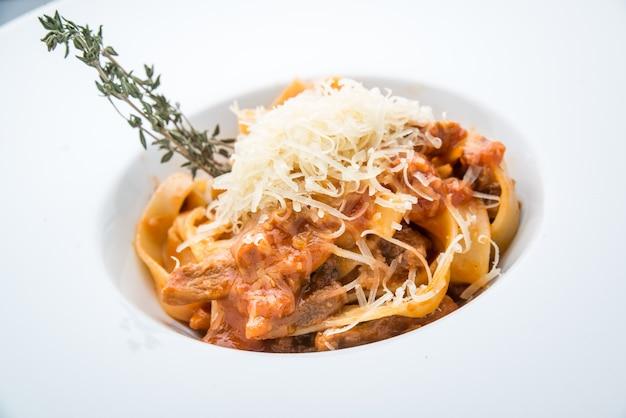 Pasta con carne, salsa di pomodoro e verdure