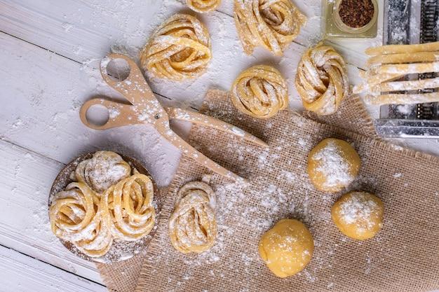 Pasta con ingredienti di pasta sulla vista dall'alto del tavolo in legno scuro