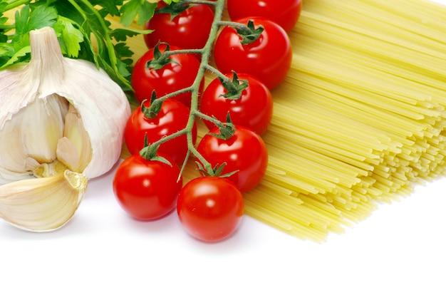 Pasta con pomodori su sfondo bianco