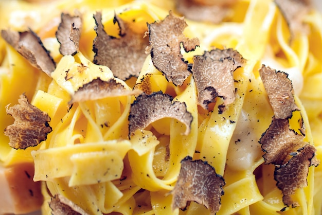 Pasta al tartufo, piatto tipico autunnale. menu del ristorante.