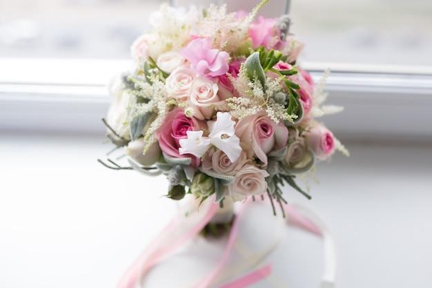 Mazzo pastello di rosa rosa e fiori di rose eustoma bianco lilla, foglia verde. concetto di bouquet primaverile. sfondo estivo