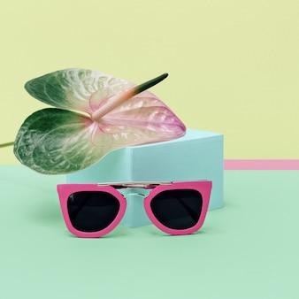 Colori pastello tendenza estiva. occhiali da sole rosa alla moda.