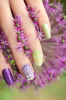 Manicure multicolore pastello con strass perla