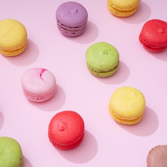 Piano tavolo rosa pastello con motivo macarons colorato. il minimo concetto di cibo dolce. concetto di cookie.