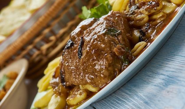 Pasticada, piatto di manzo in umido cucinato in salsa speciale, popolare in croazia. cucina balcanica, piatti tradizionali assortiti, vista dall'alto.