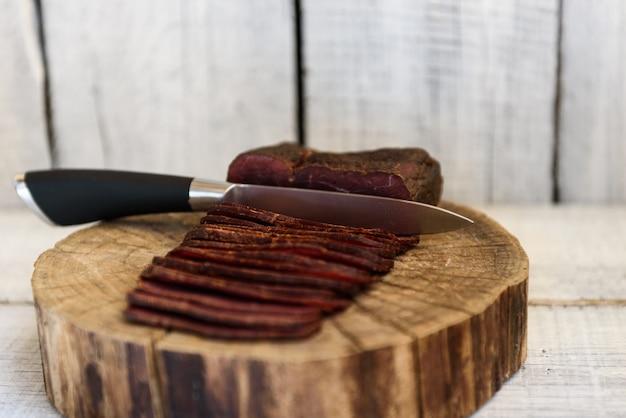 Coltello pastrami su un tavolo di legno