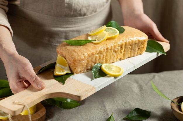 Pasticcere che tiene la torta al limone