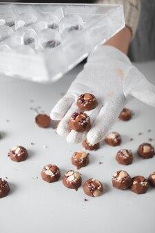 Il pasticcere sta facendo il cioccolato