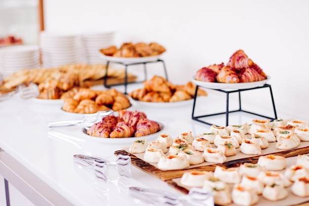 Biscotti e croissant dolci dolci serviti a eventi di beneficenza cibo bevande e concetto di menu come banner di sfondo per le vacanze per il design del marchio di lusso