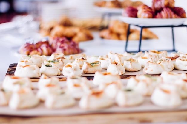Biscotti di pasticceria e croissant dolci serviti in occasione di eventi di beneficenza cibo bevande e concetto di menu a...
