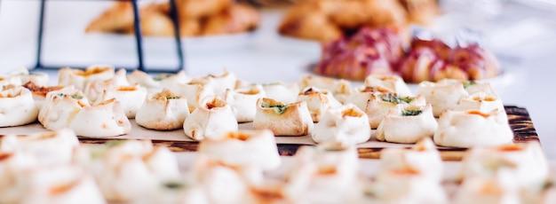 Biscotti di pasticceria e croissant dolci dolci serviti in occasione di eventi di beneficenza cibo bevande e concetto di menu a... Foto Premium