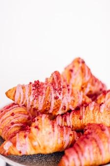Biscotti di pasticceria e croissant dolci dolci serviti in occasione di eventi di beneficenza cibo bevande e concetto di menu a...