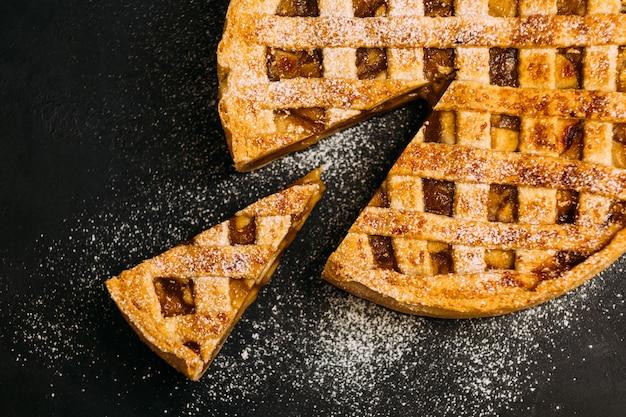 Dolce di pasticceria. torta di mele alla cannella cosparsa di zucchero a velo.