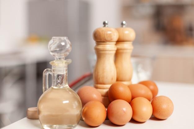 Ingredienti della pasticceria per torte e pane fatti in casa in cucina vuota