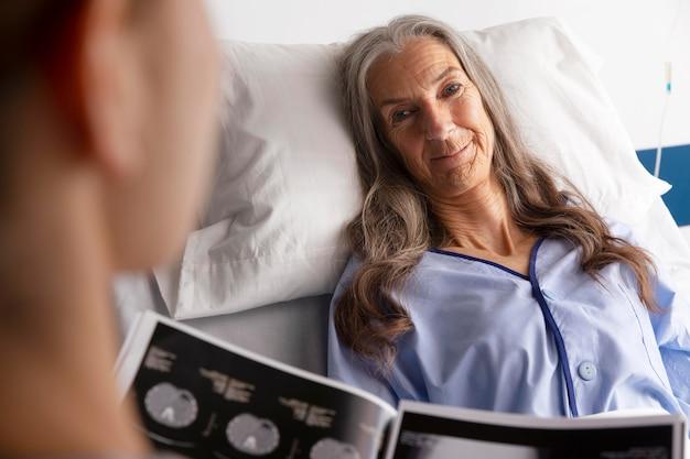 Paziente a letto a parlare con il medico