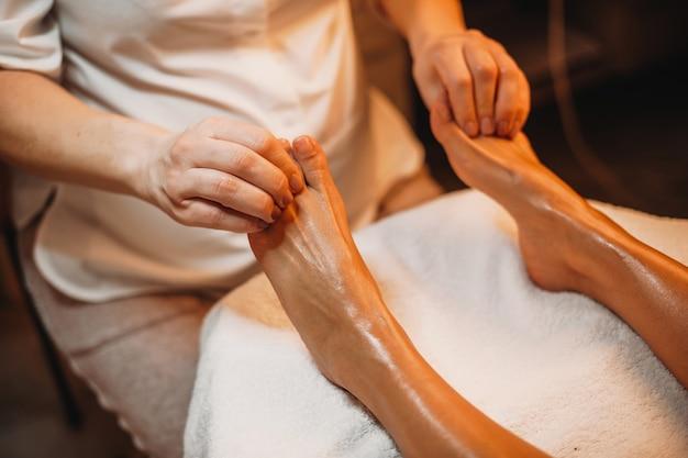Il cliente paziente aspetta che il suo massaggiatore completi la procedura in un salone spa