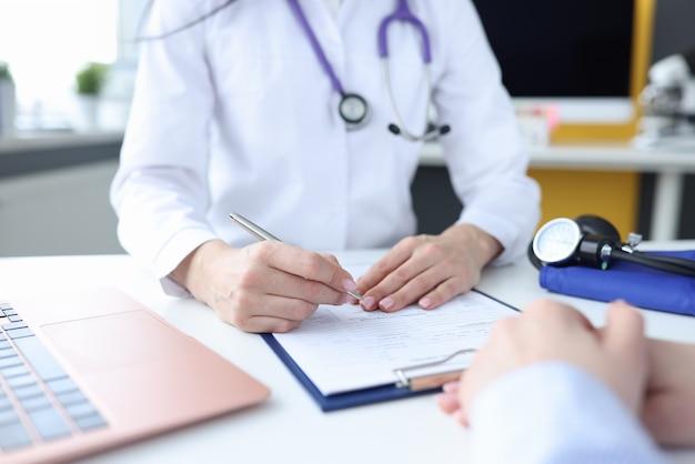 Paziente all'appuntamento del medico in studio medico. appello dei cittadini per il concetto di assistenza medica