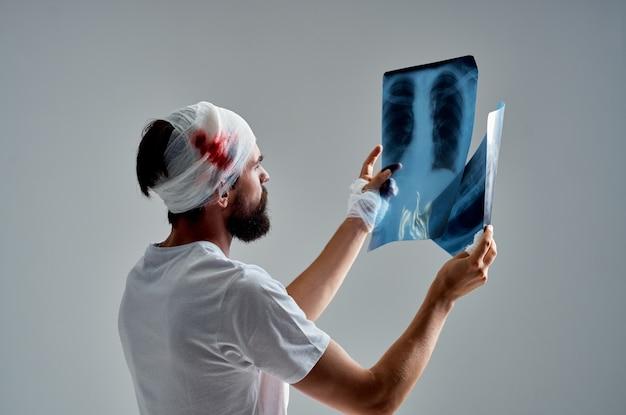 Un paziente con trauma cranico trattamento radiologico assistenza sanitaria