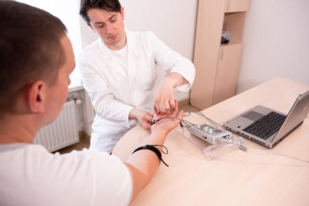 Test dei nervi del paziente mediante elettromiografia presso il centro medico