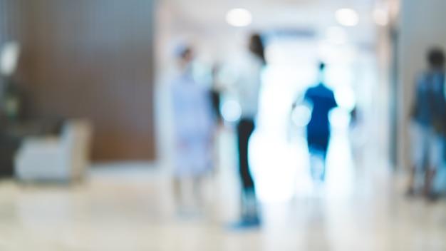 Paziente e persone nel corridoio dell'ospedale